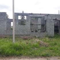 Недостроенный шлакоблочный жилой дом на гальянке, в Нижнем Тагиле