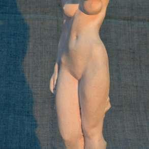 Cкульптура обнажённой девушки, в Санкт-Петербурге