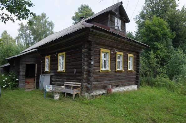Бревенчатый дом в жилой деревне, рядом с Волгой