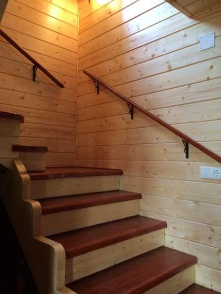 Изготовленные лестниц из массива в фото 3