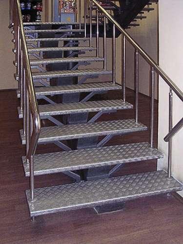 Лестницы металлические и перила на заказ