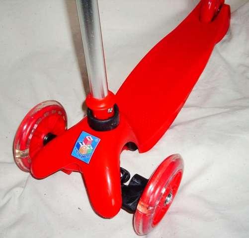 Самокат трехколесный со светящимися колесами красный