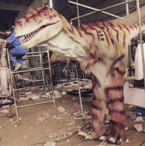 Роботизированный костюм динозавра с множеством функций в Омске