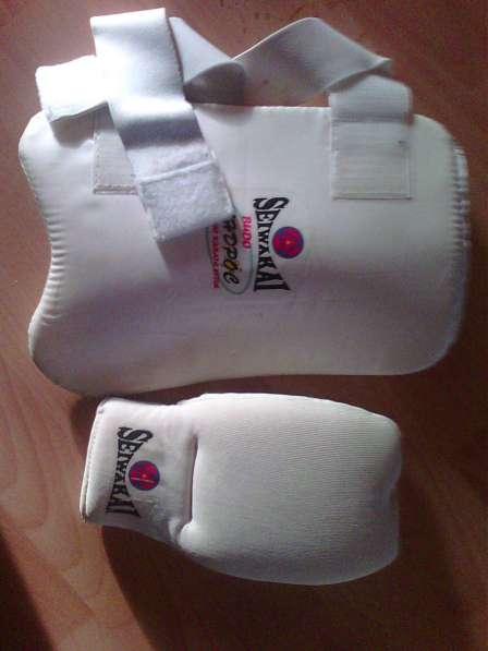 Перчатки, защита для единоборств.