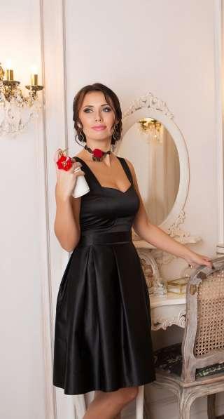 Чёрное платье с декольте от KUTUZOV