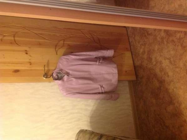 Кожаную куртку розового цвета