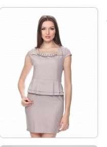 Платье новое серое с коротким рукавом и баской, в Пензе