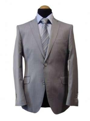 Деловой костюм мужской светлого цвета