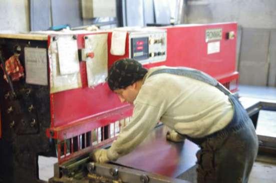 Резка (рубка) листового металла гильотинными ножницами