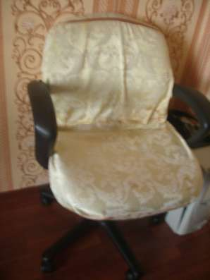 Кресло компъютерное вместе с чехлом и системный блок Пентиум