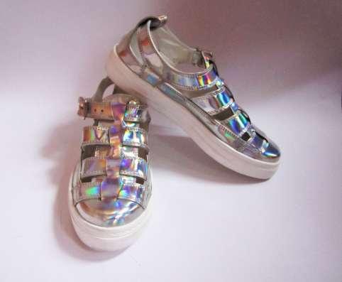 Голографичные сандали