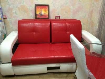 Диван кровать из кожзама красного цвета