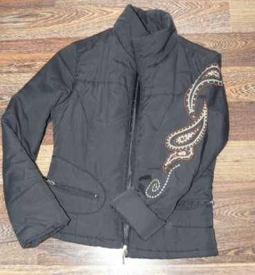 Куртка темно-синяя р.42 с вышевкой на рукаве