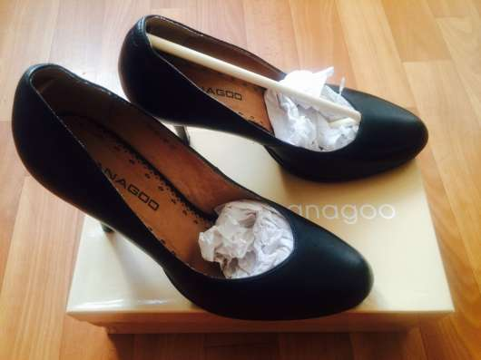 Туфли чёрного цвета, босоножки золотого цвета
