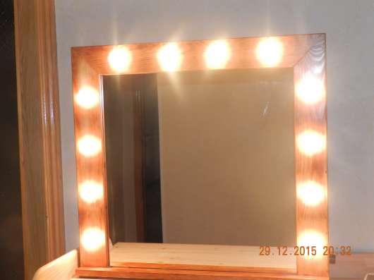 гримёрное зеркало в деревянной раме