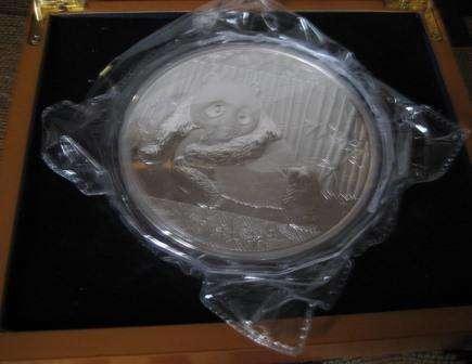 Китайский панда. Серебряная монета весом 1 кГ.
