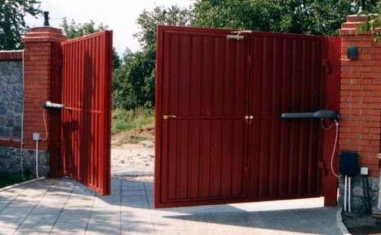 Распашные ворота с полотном из сэндвич-панелей