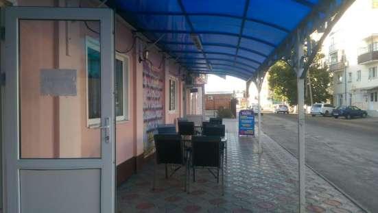 В г.Кропоткине по ул.Вокзальной действующее кафе