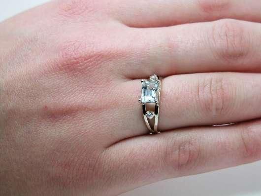 Золотое кольцо с Аквамарином и бриллиантами.