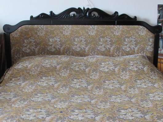 Продам кровать-шкаф с комбинированной спинкой:резное дерево и обивка материалом