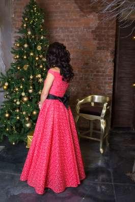 Вечернее кружевное платье от KUTUZOV
