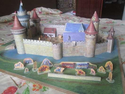 Игрушечные домик и замки из картона