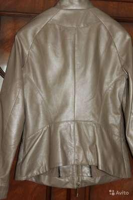 кожаная бежевая куртка