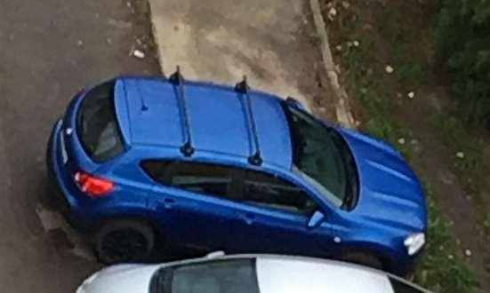 Кроссовер синего цвета с доп. Багажником на крыше