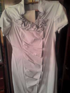 платье с рюшами и розой