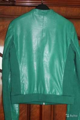Кожаная куртка изумрудного цвета