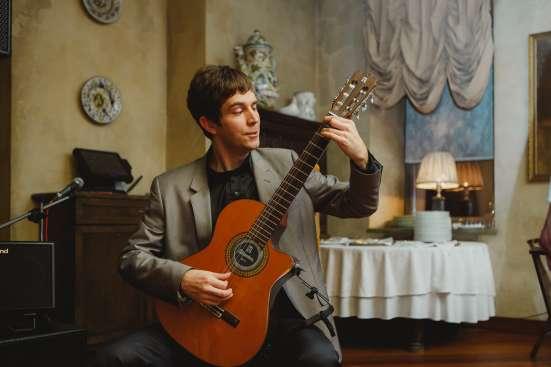 Классическая гитара, вокал.