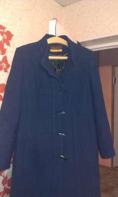 пальто женское синего цвета.