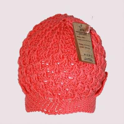 Коралловая, вязаная кепочка для девочки