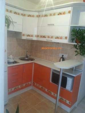 Кухни на заказ из пластика в маленькую кухню.