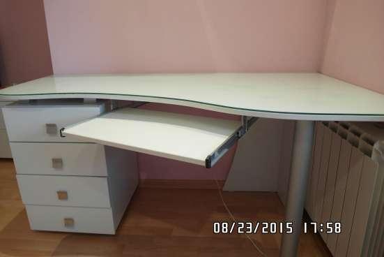 Продаю  письменный стол, цвет белый, в состоянии нового