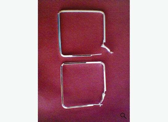 серьги из серебристого металла